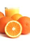 Glas des Orangensaftes und des Segments einer Orange Stockfoto