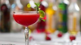 Glas des roten Getränks dreht sich stock video footage