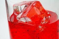 Glas des roten Getränks mit Eiscl lizenzfreies stockbild