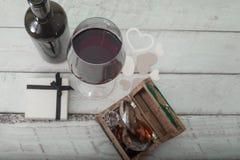 Glas des Rotweins, des Kastens mit Diamanten und des Geschenks auf weißem hölzernem Hintergrund, Feierliebe Stockfotografie