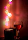 Glas des Rotweins und der Kerze Stockfoto
