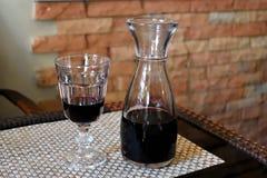 Glas des Rotweins und des Krugs Weins Stockfotos