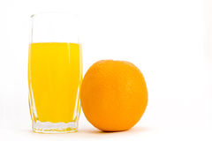 Glas des Safts und der Orange Stockfotografie
