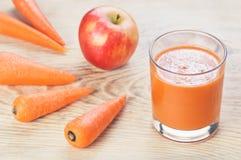 Glas des selbst gemachten Safts, des Apfels und der Karotte an Lizenzfreies Stockfoto