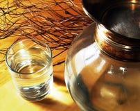 Glas des Wassers und des Krugs Stockfoto