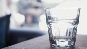 Glas des Wasserstands auf Tabelle im Restaurant getränk Abschluss oben stock video footage