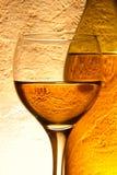 Glas des weißen Weins und der Flasche lizenzfreie stockfotografie