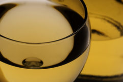 Glas des weißen Weins und der Flasche Stockfotos