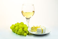 Glas des Weins, der Trauben und des Käses Lizenzfreie Stockfotos