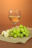 Glas des Weins, der Trauben und des Käses Lizenzfreies Stockbild