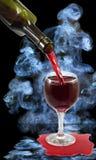 Glas des Weins und der Flasche auf Rauchhintergrund Lizenzfreie Stockbilder