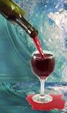 Glas des Weins und der Flasche auf Wasserhintergrund Lizenzfreie Stockfotografie