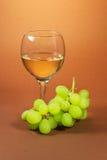 Glas des Weins und der Traube Stockbild