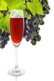 Glas des Weins und der Traubennahaufnahme Stockfotos