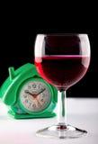 Glas des Weins und der Uhr Stockfotos