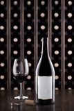 Glas des Weins und der Weinflasche Weinprüfung an der Lagerung In den Flanken gibt es einen Kognak lizenzfreie stockbilder
