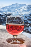 Glas des Weins und der Winteralpenlandschaft stockfotos