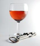 Glas des Weins und des Korkenziehers Stockfoto