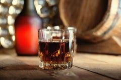 Glas des Whiskys, der Flasche und des hölzernen Fasses Lizenzfreie Stockbilder