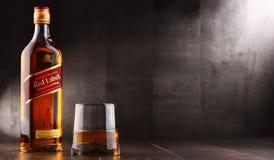 Glas des Whiskys und der Flasche von Johnnie Walker stockfotos