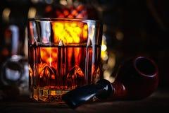 Glas des Whiskys und des Tabakpfeife Stockbild
