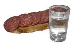 Glas des Wodkas und des Sandwiches Stockfotografie