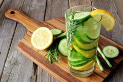 Glas detoxwater met citroen, komkommer bij het dienen van raad Royalty-vrije Stock Foto