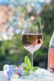 Glas di vino rosato freddo, terrase all'aperto, giorno soleggiato, molla garde fotografia stock libera da diritti