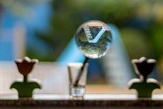 Glas die een dia omkeren Stock Fotografie