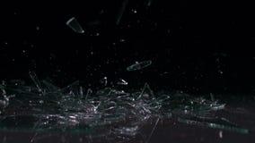 Glas die en in stukken vallen breken stock video