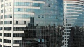 Glas die vooraanzicht bouwen Bezinning over een modern bureaugebouw Glasmuren en vensters in het bedrijfsdistrict van stock footage