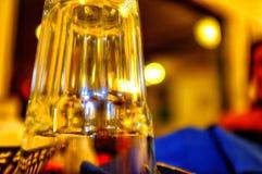 Glas die in warme gloed rusten royalty-vrije stock afbeelding