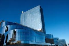 Glas die wijzend op blauwe hemel bouwen Stock Foto's