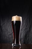 Glas donker bier Royalty-vrije Stock Afbeeldingen