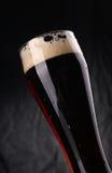 Glas donker bier Stock Foto