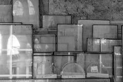 Glas door een muur wordt gestapeld die Stock Foto