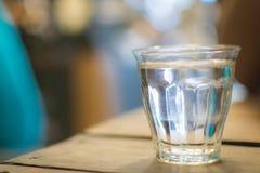 Glas duidelijk wodkawater Stock Foto's