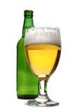 Glas echt die bier op witte achtergrond wordt geïsoleerd Royalty-vrije Stock Afbeeldingen