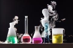 Glas in een chemisch die laboratorium met gekleurde vloeistof wordt gevuld tijdens Royalty-vrije Stock Foto's