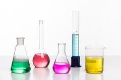 Glas in een chemisch die laboratorium met gekleurde vloeistof wordt gevuld tijdens Stock Foto's
