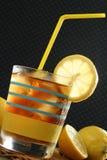 Glas Eis-Tee und Zitronen mit Stroh Stockbilder