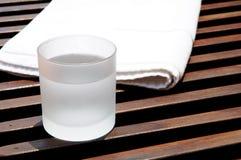 Glas Eiswasser an der Rücksortierung Lizenzfreie Stockfotografie