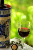 Glas en fles rode wijn stock fotografie