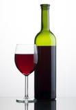 Glas en fles rode wijn Stock Foto's