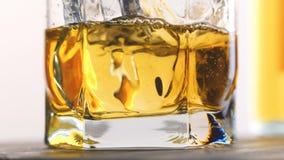 Glas en fles whisky stock videobeelden