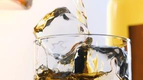 Glas en fles whisky stock footage