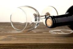 Glas en fles wijn op een witte achtergrond wordt geïsoleerd die royalty-vrije stock foto