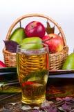 Glas en flessen cider Appelen en peren Stock Afbeeldingen