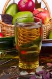 Glas en flessen cider Appelen en peren Stock Foto