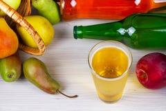 Glas en flessen cider Appelen en peren Royalty-vrije Stock Foto's